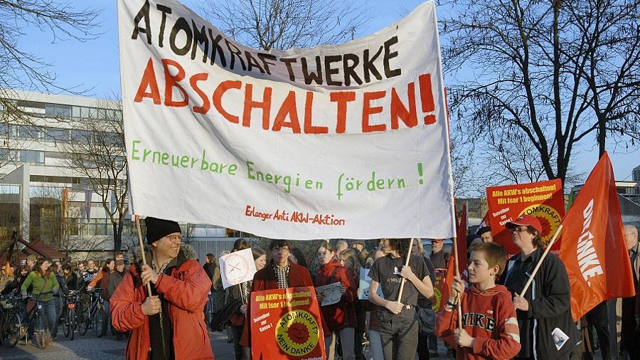 Über 500 Atomkraftgegner versammelten sich gestern Abend hinter der zentralen Parole gegen die Atomkraft und forderten eine Energiewende hin zu erneuerbaren Energiequellen und einer beherrschbaren Technologie.