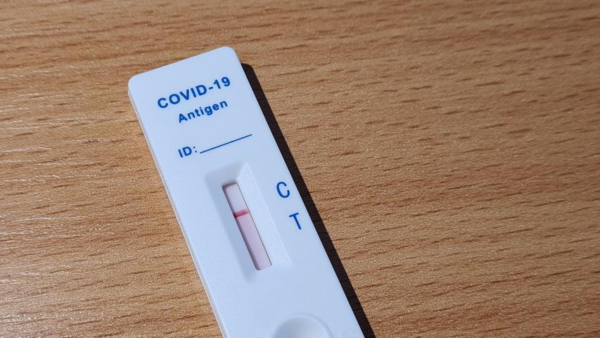 Nach spätestens 15 Minuten sollte das Ergebnis zu sehen sein. Nur ein Streifen auf der oberen Hälfte zeigt den negativen Test an, sollten zwei Streifen sichtbar werden, so ist der Selbsttest positiv auf das Corona-Virus angeschlagen.