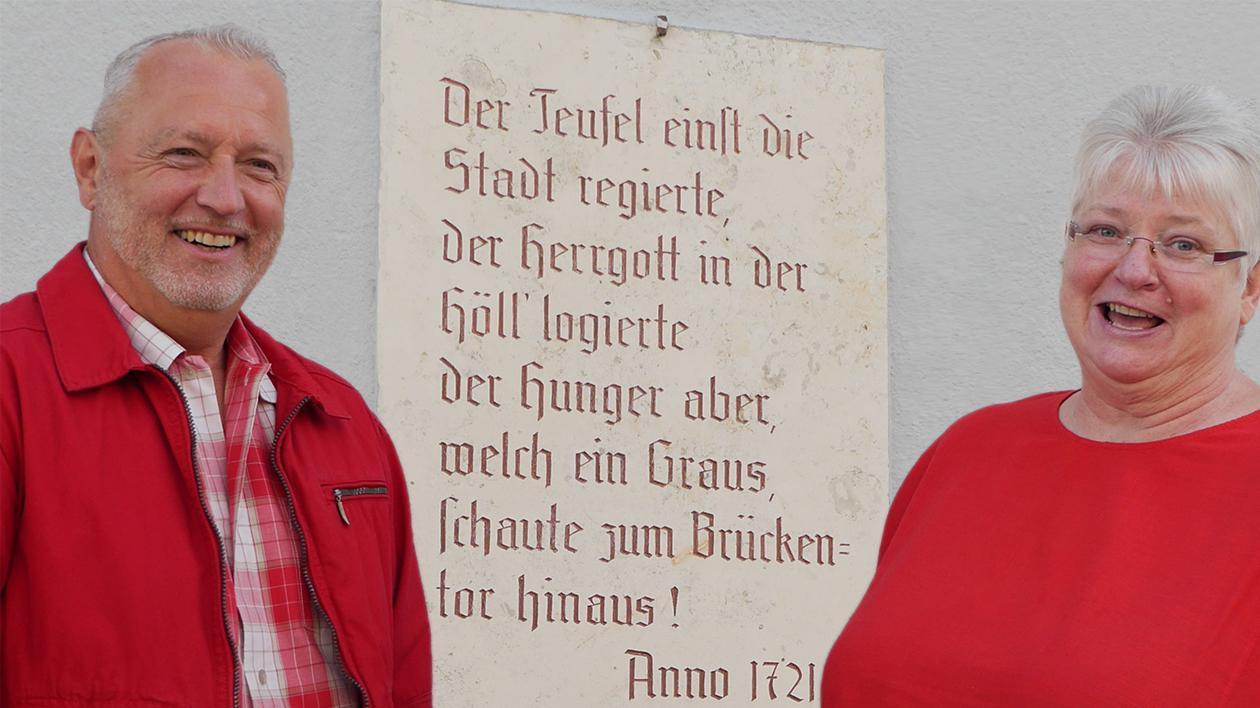 Sie sind mit den historischen Fakten gut vertraut: Stadtarchivar Werner Mühlhäußer und Inge Grimmig von der Braun Elektro GmbH.