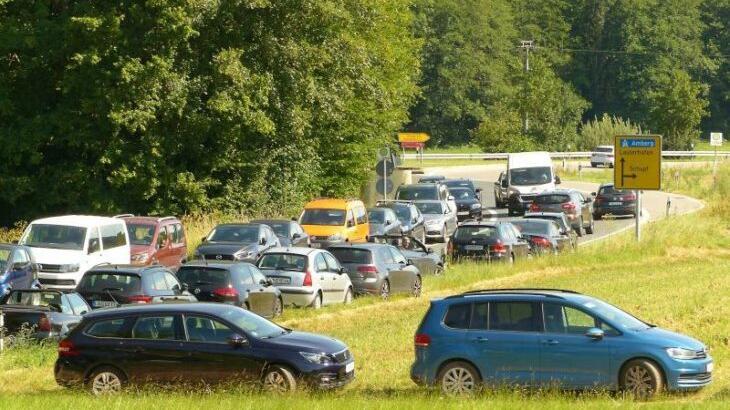 Im letzten Sommer verteilte die Hersbrucker Polizei an der unerlaubt zugeparkten Straße rund um den Happurger Stausee (im Hintergrund die Abzweigung nach Kainsbach) um die 1000 Strafzettel.