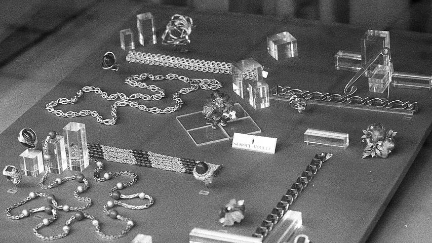 Das Gesetz fordert Preisklarheit. Dieser Juwelier hofft vergeblich, die Bestimmungen durch winzige Preisschildchen im Schaufenster, für den Kunden kaum oder nicht erkennbar, umgehen zu können.Hier geht es zum Kalenderblatt vom 17. März 1971: Tricks verhindern Preisvergleich