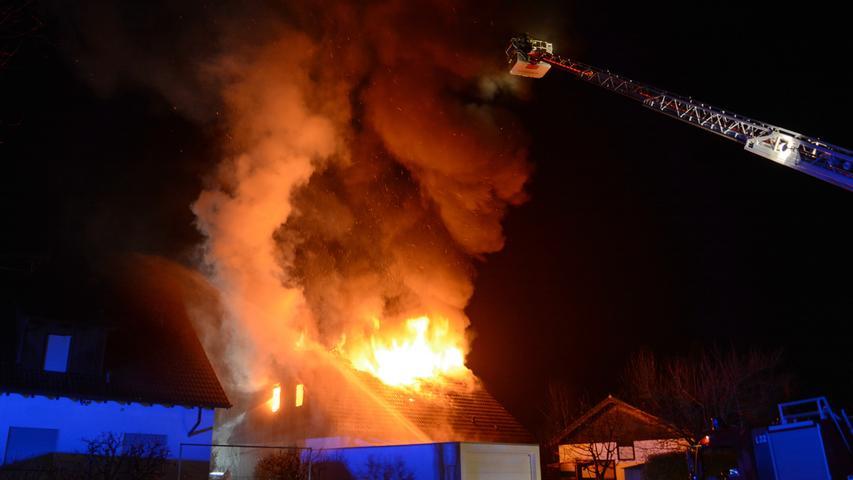 Dachstuhl in Flammen: Bis zu 100 Einsatzkräfte bei Brand in Wilhermsdorf