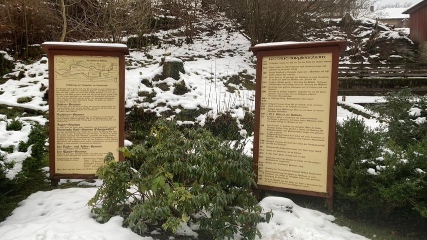 Die Infotafel an der Heilquelle im Wildbad bei Burgbernheim