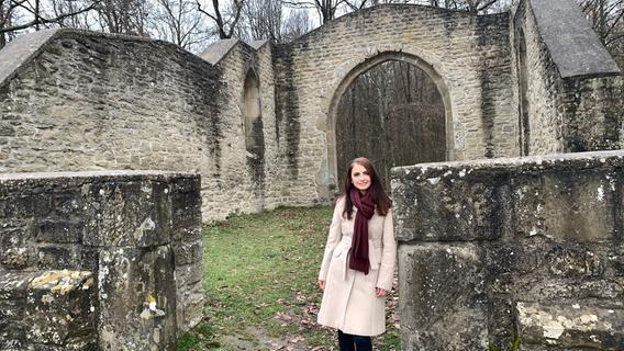 Kristin Langmann, Fränkische Weinkönigin 2015 besichtigt die Ruinen der Kunigundenkapelle in Bullenheim.