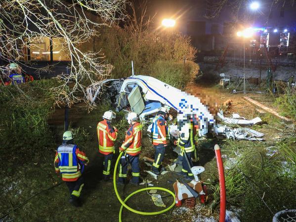 Insgesamt 120 Einsatzkräfte der Feuerwehr, des Rettungsdienstes, vom Technischen Hilfswerk und der Polizei waren am Dienstagabend vor Ort. Die Absturzursache ist noch nicht geklärt, die Ermittlungen laufen. Mehr Bilder auf www.nordbayern.de/forchheim.