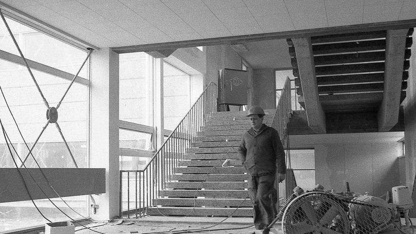 Nürnberger Zutaten für das britische Baukasten-System: massives Treppenhaus aus Stahlbeton und vor den Fenstern diagonale Verstrebungen, damit der Wind dem Bau nichts anhaben kann. Hier geht es zum Kalenderblatt vom 18. März 1971: Schulen zeigen Kinderkrankheiten