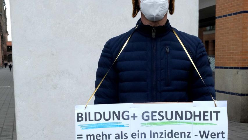 Nürnberg , am 17.03.2021 Ressort: Lokales  Foto: Roland Fengler Kornmarkt,  Mahnwache  Bildungseinrichtungen   KITA  und Schulen, Termin: Mahnwache in Nürnberg: Bildungseinrichtungen unabhängig von der Inzidenz öffnen, auf dem Kornmarkt,