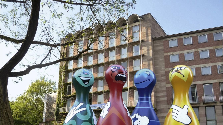 Überdimensionale Spielfiguren standen 2015 vor dem Pellerhaus und dem angrenzenden Imhoffbau. Dort soll das