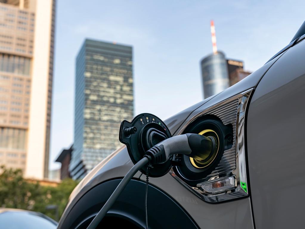 Wechselstrom an der Wallbox zapft der Plug-in-Countryman bis 3,7 kW, Vollladen nimmt gut drei Stunden in Anspruch.