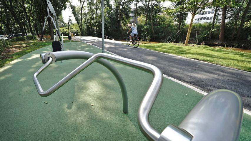 Fitness-Geräte an der Aurach: Auf Höhe des Schütt-Parkplatzes wurden im Zuge der Sanierung des Ufers mehrere Fitness-Geräte für das Muskeltraining nach dem Joggen aufgestellt.