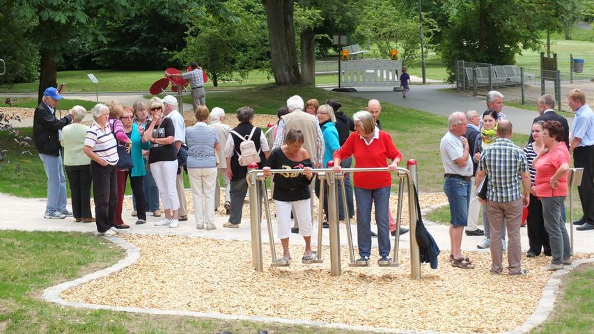 Bewegungspark im Gründlachtal (gegenüber Kinderspielplatz Postgässchen): Der Parcours richtet sich vor allem an Senioren. Die vier Geräte für Schultern, Beine und Rücken sind jedoch generationenübergreifend nutzbar. (Bild von der Eröffnung)