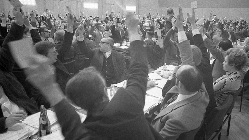 In einer neunstündigen Jahreshauptversammlung hat der SPD-Unterbezirk Nürnberg seine Marschroute für die nächsten zwei Jahre abgesteckt. Die große Auseinandersetzung zwischen den Jusos und dem Partei-Establishment blieb aus, wenngleich der lokale Parteitag durch die Polarisierung dieser beiden Gruppen gekennzeichnet war. Hier geht es zum Artikel vom29. März 1971: Kritik der Jungen ließ die Alten kalt.