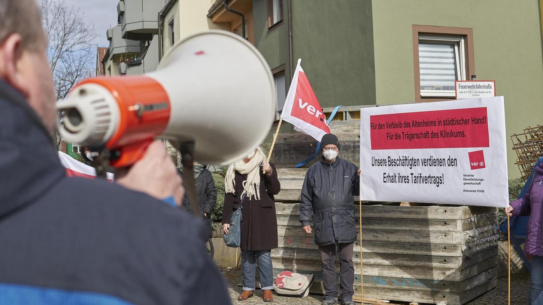 """""""Unsere Beschäftigten verdienen den Erhalt ihres Tarifvertrags"""" war auf dem Verdi-Banner zu lesen. Die Gewerkschaft hatte den Protest organisiert."""