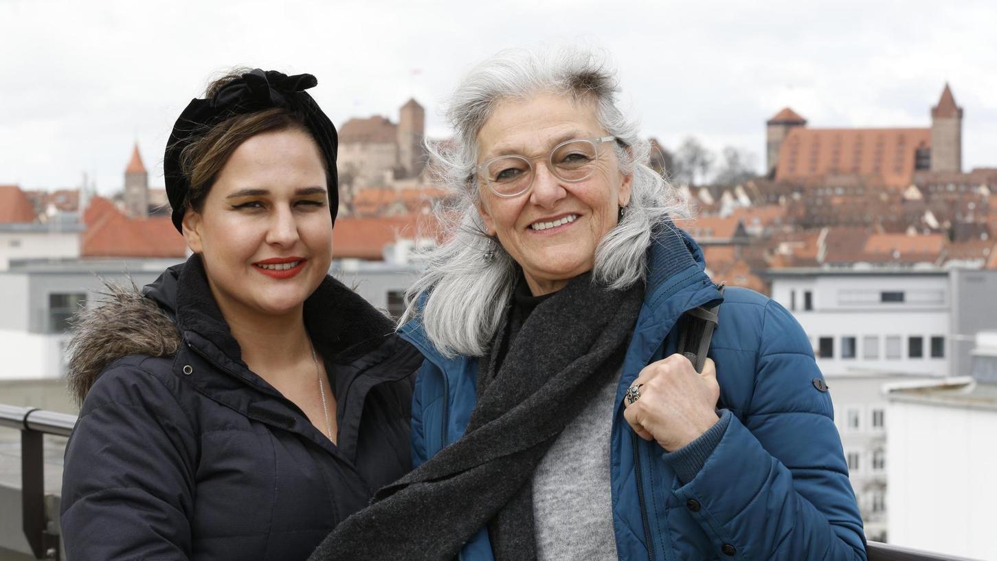Teilen viele Erfahrungen: Die Writers-in-Exile-Stipenditiatin Nazli Karabiyikoglu (li.) und ihre Vorgängerin Sehbal Senyurt Arinli.