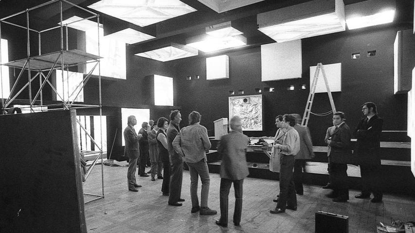 """Zwei Wochen vor der Vollendung: Blick in den """"Noricama""""-Vorführungsraum (links) und das """"Szenarium"""". Hier geht es zum Kalenderblatt vom21. März 1971: Computer steuern Noricama."""