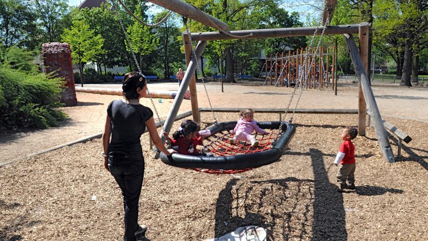 In der Südstadt beliebt ist der Spielplatz am Annapark - mit vielerlei Spielgeräten, Bolzplatz und Brunnen. Da der Park mit der U-Bahnlinie U1 (Haltestelle Maffeiplatz) schnell erreicht werden kann, kommen auch Familien von weiter weg.