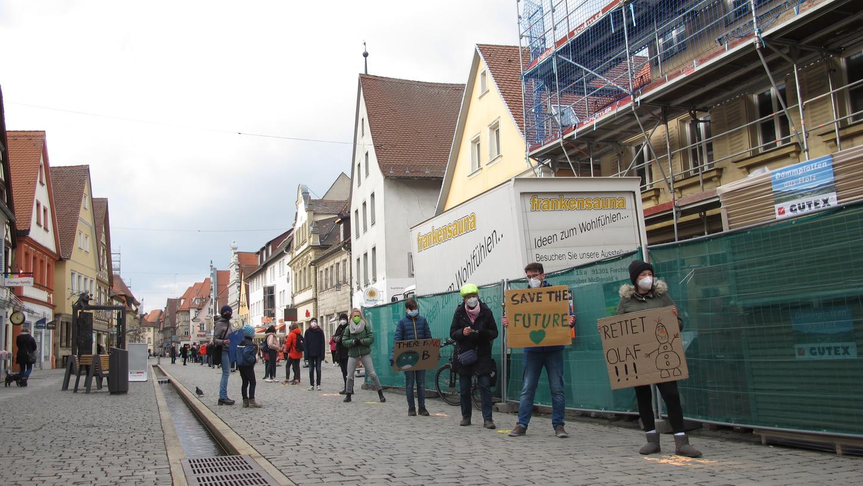 Die Menschenkette der Fridays-for-Future-Demo reichte von der Mitte des Forchheimer Paradeplatzes bis zur Müller-Filiale in der Hauptstraße.