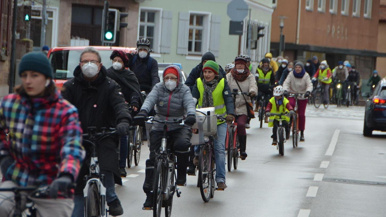"""""""Das Fahrrad ist das Verkehrsmittel der Zukunft"""", rief Heidi Deffner vom ADFC. Zumindest in den Innenstädten. Das war eine der Botschaften des Radkorsos am Freitagnachmittag rund um die Schwabacher Innenstadt."""