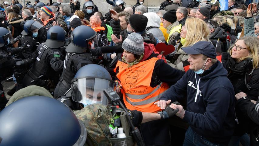 20.03.2021, Hessen, Kassel: Einsatzkräfte der Polizei sind bei einer Kundgebung unter dem Motto «Freie Bürger Kassel - Grundrechte und Demokratie» im Einsatz. Laut Polizei waren mehrere tausend Menschen in der Innenstadt unterwegs und missachteten bei dem nicht angemeldeten Demonstrationszug gegen Corona-Maßnahmen die Anweisungen der Behörden. Es kam zu Festnahmen, als die sogenannten Querdenker versuchten, eine Polizeikette zu durchbrechen. Foto: Swen Pförtner/dpa +++ dpa-Bildfunk +++