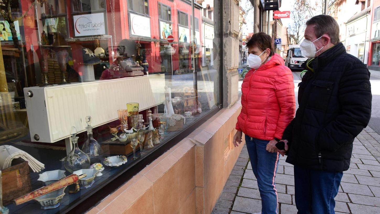 """Schauen ja, einkaufen im Laden nein: Genau wie in der Stadt Fürth gelten auch im Landkreis seit Samstag wieder strengere Beschränkungen. Unter anderem kann der Einzelhandel kein """"Click & Meet"""" mehr anbieten. Bürgern, wie hier in Zirndorf, bleibt erst einmal nur der Blick ins Schaufenster."""