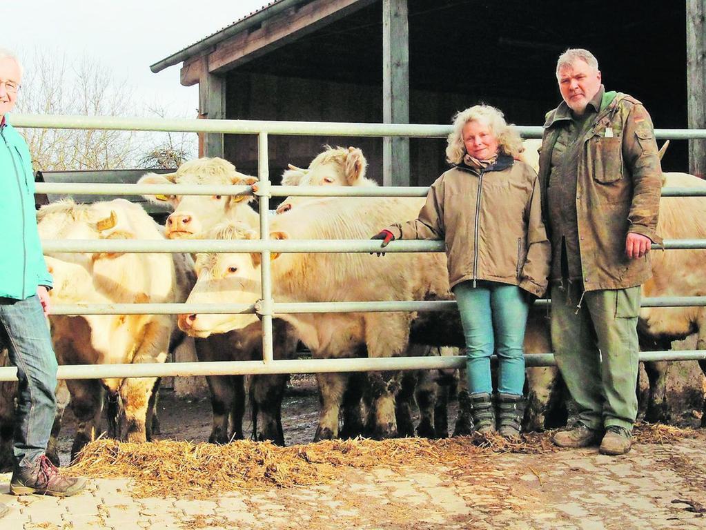 In Viehhofen zum Beispiel sind Gisela und Dieter Morner (rechts) sehr besorgt um ihre Mutterkuhhaltung der Rasse Charolais. Die Rinder weiden artgerecht normalerweise von April bis Ende Oktober auf den Weiden in der Nähe des Hofes. Links im Bild ist Landwirtschaftsdirektor Werner Wolf zu sehen.