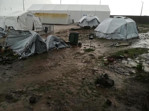 Schutz vor Wind und Wetter zu finden, ist im Flüchtlingslager Kara Tepe aus Lesbos nur bedingt möglich.