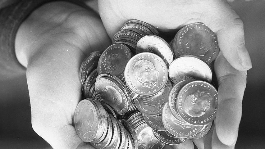 Die Nürnberger haben ihre spekulative Ader wiederentdeckt. Nach dem Pleiteschock der Investments versuchen sie jetzt, mit Münzen schnell zu Geld zu kommen. Hier geht es zum Kalenderblatt vom24 März 1971: Adenauer-Kopf die Rettung nach einem Pleiteschock