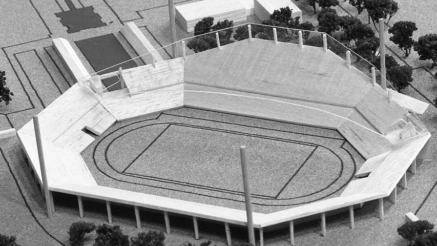 Ausbau nach Offenbacher Muster: eine Überdachung (schraffierte Fläche) zusammen mit einem neuen Tribünenbau auf der Südwestseite des Stadions. Nach dieser Lösung bekäme Nürnberg 18 125 Sitzplätze im Trockenen. Hier geht es zum Kalenderblatt vom 25. März 1971: Beim Stadionausbau noch am Ball.