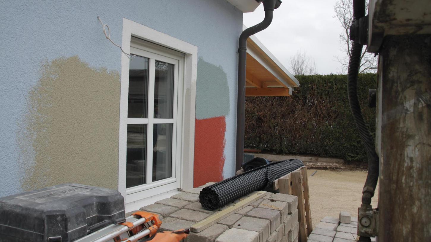 Die Außenfassade des Alesheimer Bürgerhauses wird in dem Rotton gestrichen. Das hat der Gemeinderat festgelegt. Einzig Gerda Wenderlein hätte lieber das Blau gehabt. Die Arbeiten an dem Projekt kommen gut voran und liegen auch im Kostenplan.