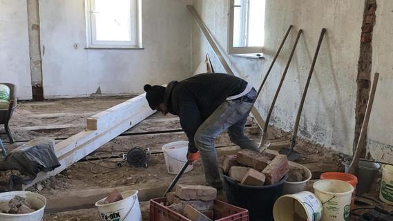 Alle Fehlböden mussten raus – eine schweißtreibende Angelegenheit für den jungen Bauherrn und seine Helfer.