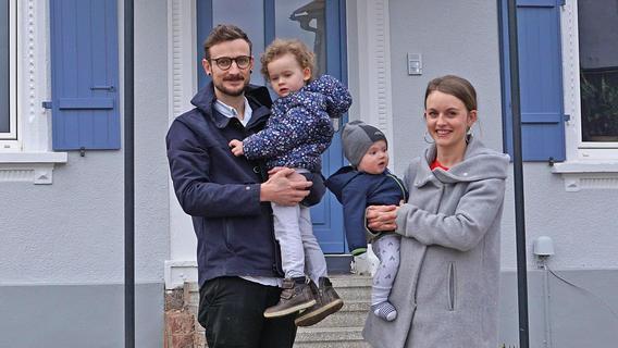 Können stolz sein auf ihr schön hergerichtetes Haus: Gideon und Lena Oster mit ihren Kindern Ava und Adam.
