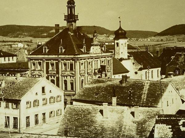 Jurahaus-Dächer aus Plattenkalk prägten bis vor einem halben Jahrhundert das Treuchtlinger Stadtbild, wie auf dieser rund 100 Jahre alten Aufnahme des damals noch bebauten Rathausplatzes (vorne rechts) gut zu sehen ist.