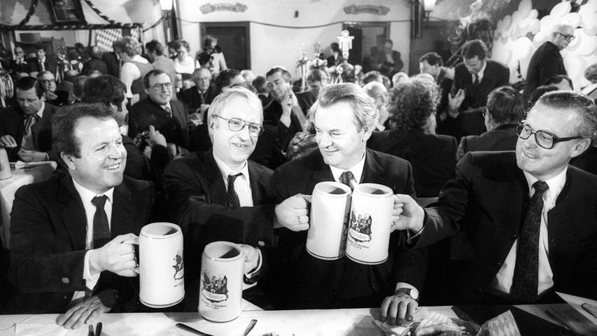 Wenn jemand zu einer Geldauflage verurteilt wurde, bedeutet das, dass er vorher seine Schuld anerkannt hat -- auch ohne, womöglich öffentliche, Gerichtsverhandlung. Gerold Tandler zahlte 150.000 Mark, damit die Vorwürfe gegen ihn nicht weiter ausgebreitet wurden. Der ehemalige CSU-Generalsekretär, Innen- und Finanzminister Bayerns hatte 1976 von Bäderkönig Eduard Zwick700.000 Markals Privatkredit erhalten. Damit kaufte Tandler das mit öffentlichen Geldern renovierte