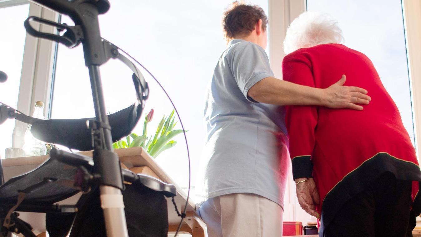 Ob ein Platz im Seniorenheim oder bei einem ambulanten Dienst: Die neue Pflegeplatzbörse des Landkreises hilft weiter.