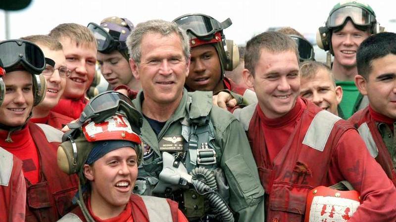 Der Republikaner George W. Bush ist der bisher einzige Präsident der USA, der es eindeutig ohne Stimm-Mehrheit und ohne eindeutige Wahlmänner-Mehrheit ins Weiße Haus schaffte. Die Nachzählung der entscheidenden Stimmen aus Florian - per Hand - unterbanden die (mehrheitlich republikanischen) Obersten Bundesrichter kurzerhand. Und beendeten damit ein tragikomisches, wochenlanges Schauspiel um Wählerstimmen, ungültige Stimmzettel, kaputte Wahlautomaten und Wähler, denen man illegal ihr Stimmrecht entzog. Die Regierung des ältesten Sohnes von Ex-Präsident Bush begann genauso umstritten wie sie endete. Was