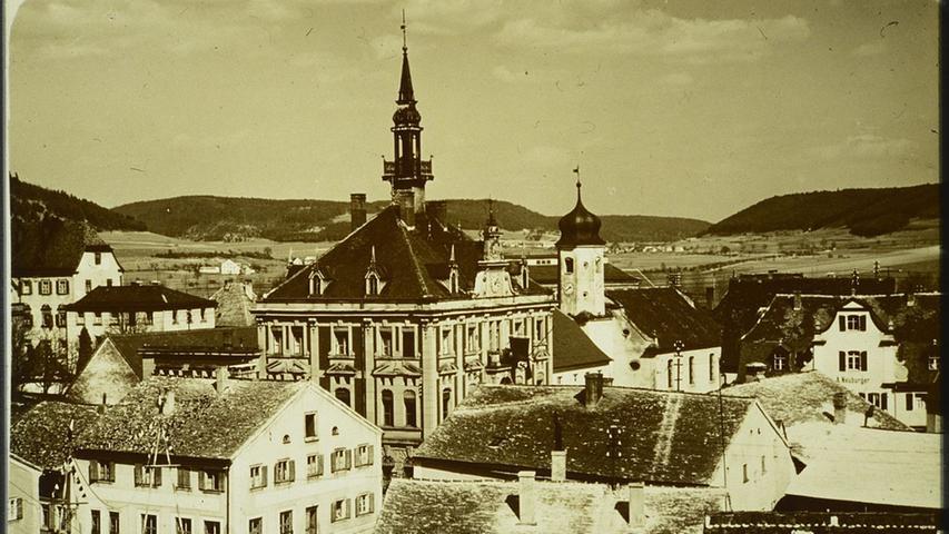 DieTreuchtlinger Stadtmittezu Beginn des 20. Jahrhunderts. Rund ums Rathaus sind die typischen, mit Kalksteinplatten bedeckten Jurahaus-Dächer erkennbar.