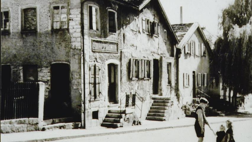 Bescheidene, vom Alter gezeichnete Jurahäuschen in Treuchtlingen Mitte des 20. Jahrhunderts.