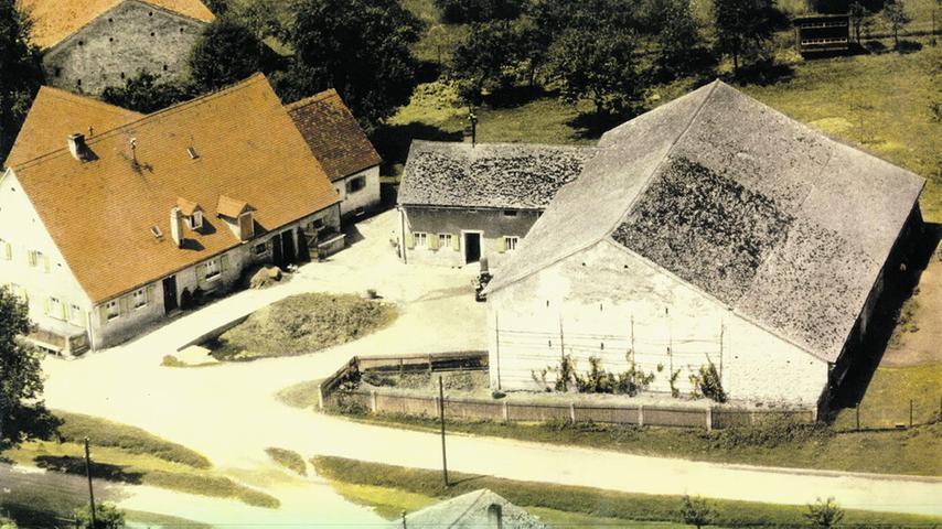 Ein typischer Jurahaus-Bauernhof in den 1970er oder 1980er Jahren.