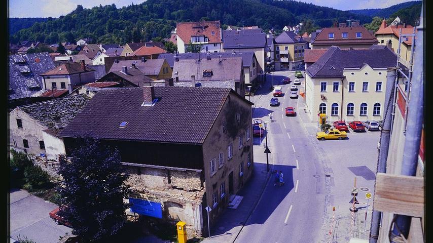 Der noch bebaute Rathausplatz und die Jurahäuser in der Hauptstraße in den 1970er Jahren. Ganz rechts das eingerüstete Rathaus, dahinter das Verlagsgebäude des Treuchtlinger Kuriers (TK).