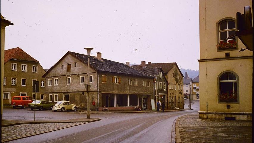 Jurahäuser auf dem heutigenTreuchtlinger Rathausplatz, vermutlich in den 1970er Jahren.