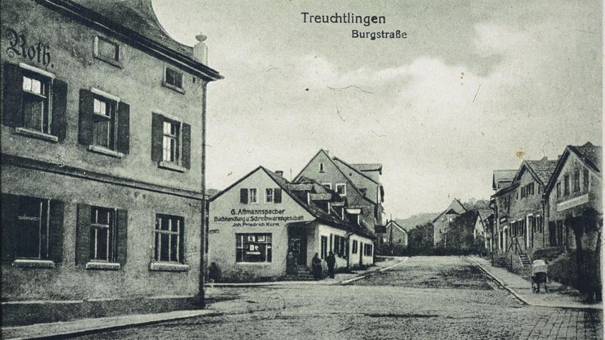 Die Treuchtlinger Burgstraße mit ihren Jurahäusern Anfang des 20. Jahrhunderts. Links die Brauerei Roth (heute Wallmüllerstuben), dahinter auf der anderen Straßenseite die Buchhandlung Korn.