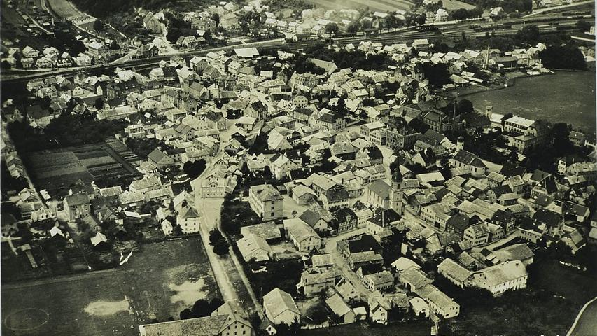 Treuchtlingen aus der Vogelperspektive Mitte des 20. Jahrhunderts. Gut zu sehen sind die zahlreichen Jurastein-Dächer.