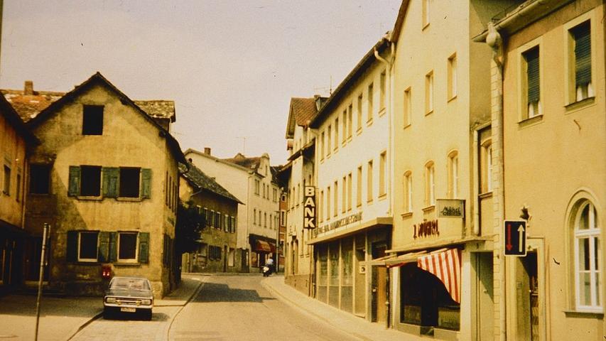 Die Treuchtlinger Hauptstraße mit ihren damals noch stehenden Jurahäusern (links) in den 1960er Jahren (vorne rechts der Redaktionseingang des Treuchtlinger Kuriers).
