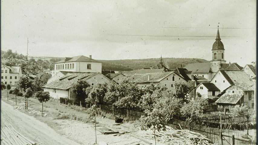 Geduckte Jurahäuser zwischen Treuchtlinger Festplatz (vorne links) und Markgrafenkirche - Jahr(zehnt)unbekannt.