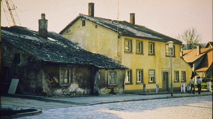 Ein geducktes, eingeschossiges und ein etwas größeres, zweigeschossiges JurahausMitte des 20. Jahrhunderts im Treuchtlinger Stadtgebiet.