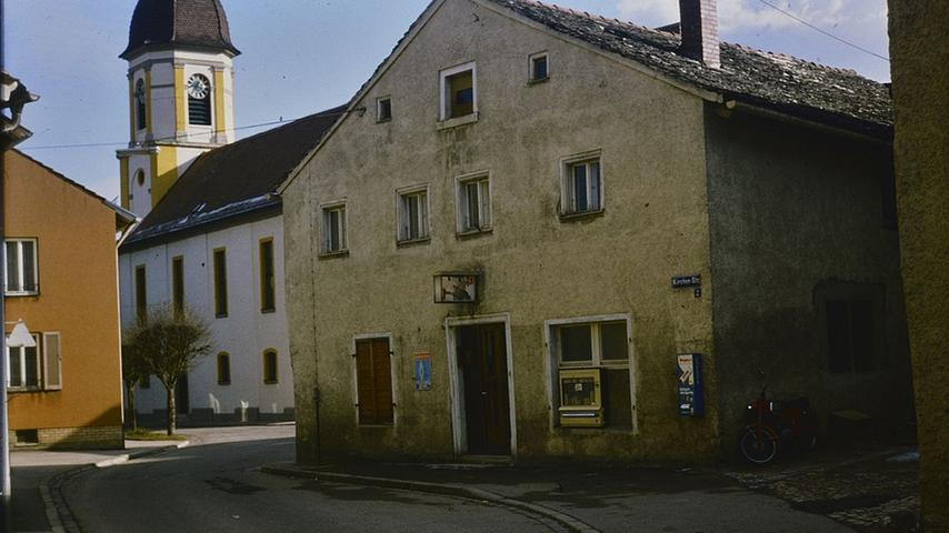 Die Treuchtlinger Kirchenstraße mit dem Jurahaus, in dem sich heute dasgriechische Restaurant Delphi befindet.