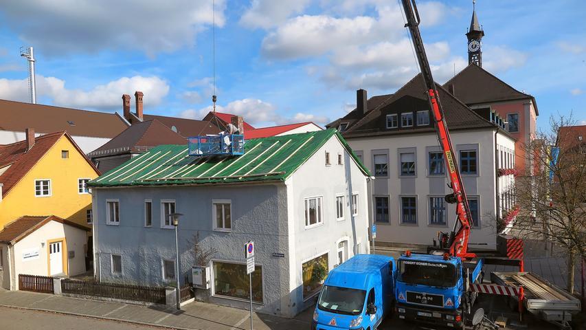 Das Jurahaus neben dem Rathaus in der Treuchtlinger Fischergasse hat im Jahr 2020 sein Steindach eingebüßt. Derzeit schützt ein Provisorium das Innere.
