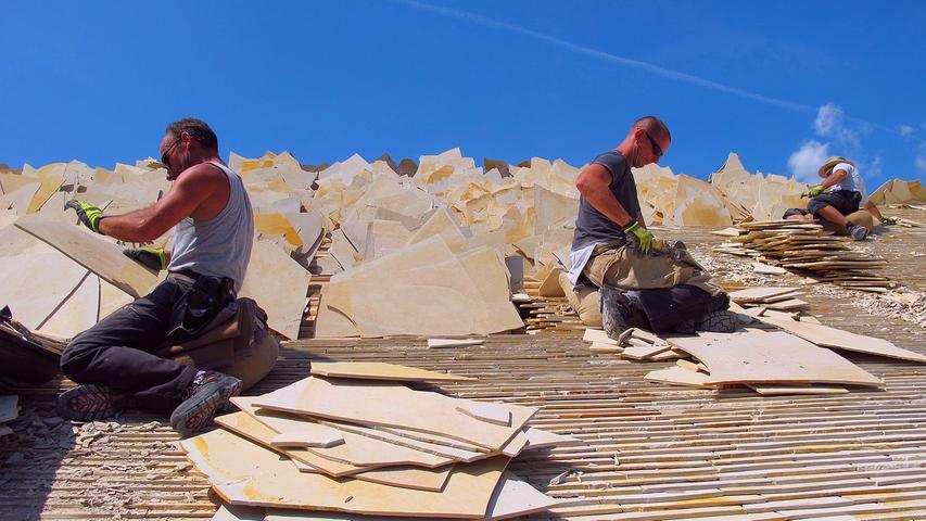 Arbeiten am neuen Jurasteindach des