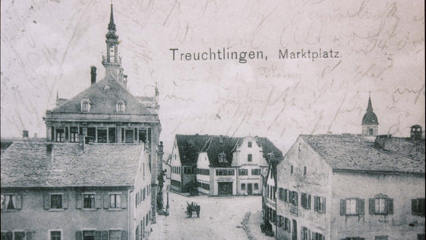 Der Treuchtlinger Marktplatzmit seinen Jurahäusern vor etwa 100 Jahren. Die Häuser rechts sind dem heutigenRathausplatz gewichen, das Gebäude links den Parkplätzen an der Einmündung der Fischergasse in die Hauptstraße.