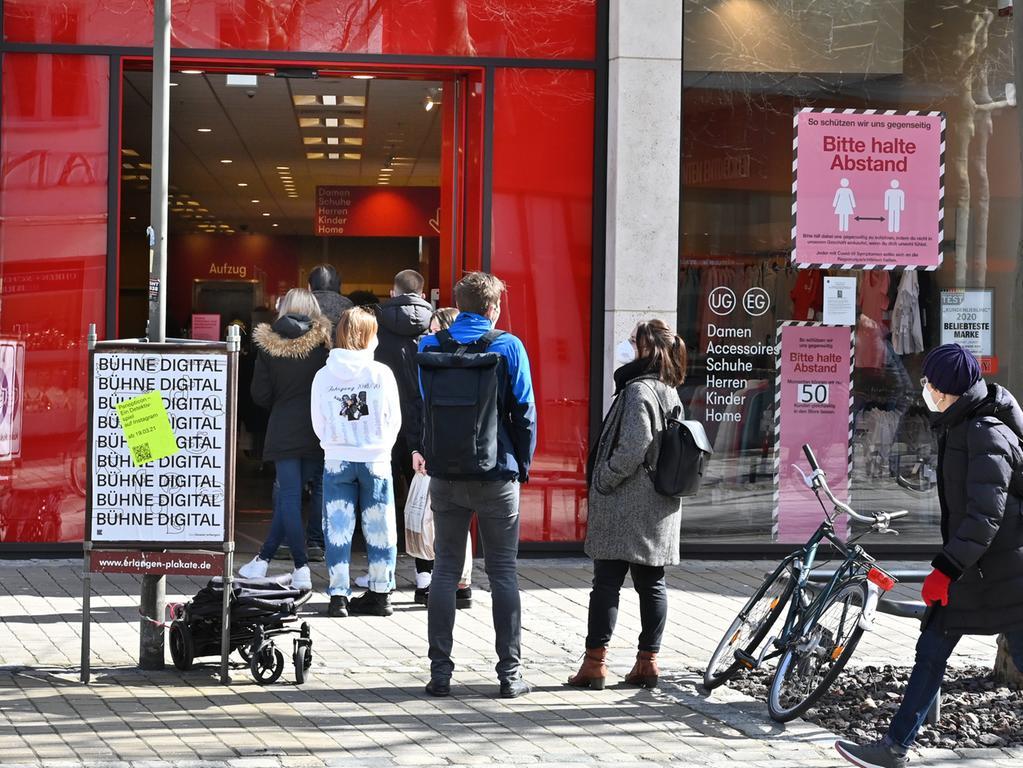 Schlangestehen bei t.k.maxx: Wer mit Click & Meet einkaufen will, muss auch Geduld mitbringen. Foto: Klaus-Dieter Schreiter